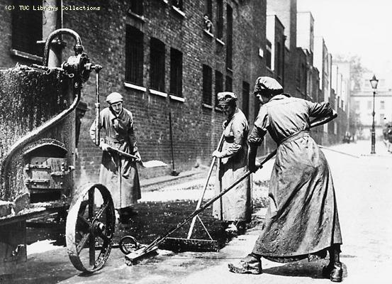 Women resurfacing a road 1914-1918
