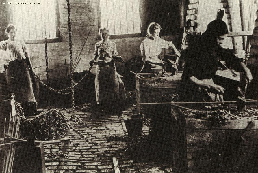 Chain makers in Cradley Heath, 1910