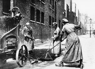 Women resurfacing a road, 1914-1918